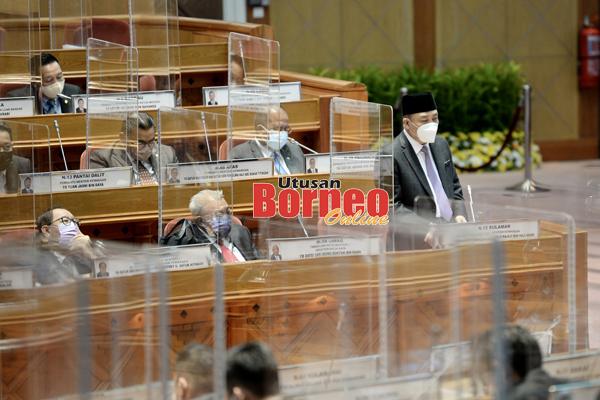 Hajiji (berdiri) ketika menyampaikan ucapan penggulungan di Persidangan Dewan Undangan Negeri (DUN) Sabah  ke-16.