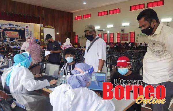 Adam Shah (kanan) semasa meninjau PICK Remaja di SMK Datuk Haji Panglima Jakarullah.