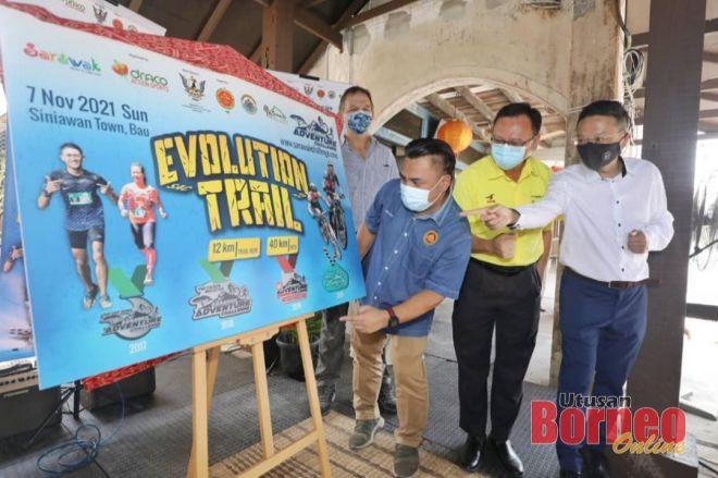 Miro (tiga kanan) melakukan simbolik pelancaran Sarawak Adventure Challenge 2021 yang akan berlangsung pada 7 November ini di Siniawan, Bau. Turut kelihatan Chua (dari kanan), Lo dan Robert. -Gambar Chimon Upon