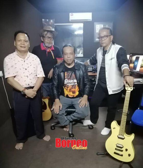 Abang Cik (dua dari kiri, berdiri) dan Eric (kanan, berdiri) bergambar sama NurJaffar (kiri, berdiri) serta penerbit dan komposer Fauzi Aisunam (duduk).