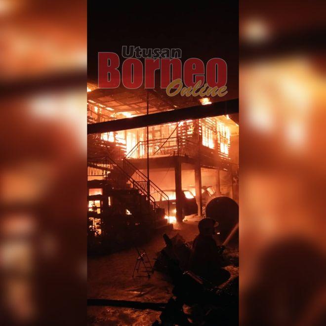 Api marak memusnahkan sebuah rumah dan empat kereta milik penduduk di Kampung Lakut Jalan Kota Kinabalu Lama di sini.