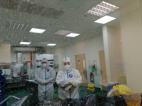 Jenazah COVID-19 disolatkan petugas dalam bilik khas.