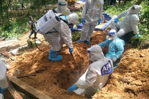 Kerja sanitasi yang dijalankan di tanah perkuburan.