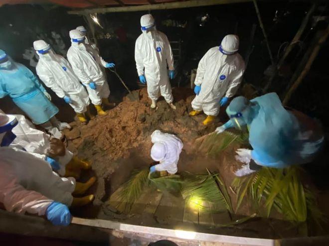 Jenazah COVID-19 yang dikebumikan pada waktu malam.