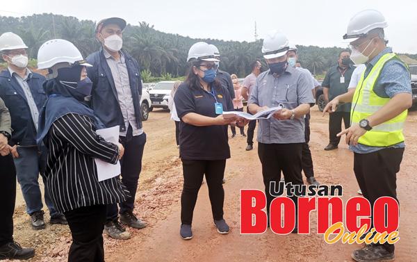 Hamild (dua kanan) dan Aishahturizdah (tiga kanan) semasa mengadakan lawatan di tapak projek pembinaan jalan raya Pan Borneo.