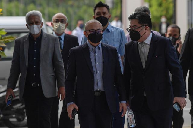 Rozman (tengah) hadir di Mahkamah Sesyen Kuala Lumpur hari ini atas pertuduhan menggunakan kedudukannya untuk mendapatkan kontrak pekerjaan bagi Syarikat Labuan Liberty Port Management Sdn Bhd, tiga tahun lepas. -Gambar Bernama