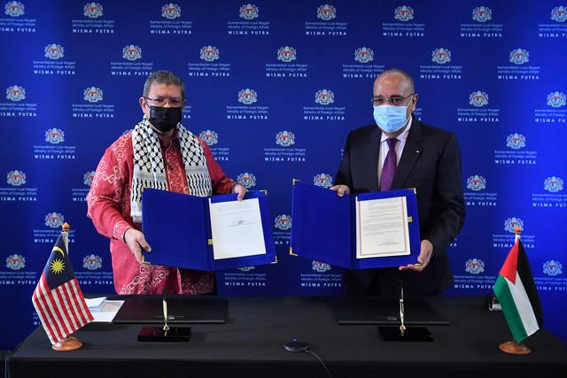 Saifuddin (kanan) bersama Duta Palestin ke Malaysia Walid Abu Ali ketika Majlis Menandatangani Nota antara Malaysia dan Palestin bagi Pembinaan Semula Klinik Al-Rimal di Wisma Putra hari ini. -Gambar Bernama