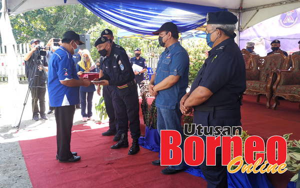 Ahmad Fuad menyampaikan sijil penghargaan kepada anggota SRS Kg. Batu Payong, Kg. Tinagat dan Kg Membalua.