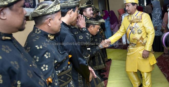 PERASMIAN: Sultan Mizan (kanan) berkenan bersalaman dengan sebahagian Anggota Dewan Undangan Negeri Terengganu selepas merasmikan Istiadat Pembukaan Persidangan Penggal Kelima Dewan Undangan Negeri Terengganu Ke-13 di Wisma Darul Iman semalam. — Gambar Bernama