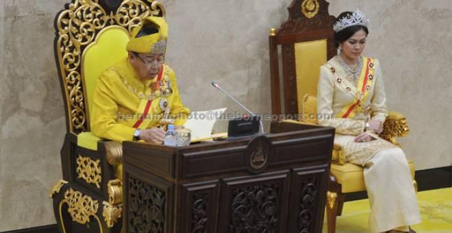 UCAPAN: Sultan Sharafuddin Idris Shah berkenan bertitah pada Istiadat Pembukaan Persidangan Penggal Kelima Dewan Negeri Selangor Yang Ketiga Belas Tahun 2017 di Bangunan Dewan Negeri Selangor, semalam. — Gambar Bernama