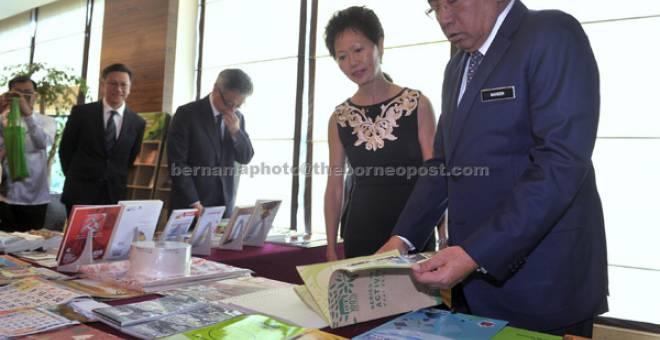 BUMI HIJAU: Mahdzir (kanan) bersama Pemangku Ketua Pegawai Eksekutif Malaysian Newsprint Industri Wong Pek Yee melihat buku-buku yang dihasilkan daripada kertas kitar semula selepas melancarkan Kempen Penggunaan Kertas Kitar Semula di Kuala Lumpur, semalam. — Gambar Bernama