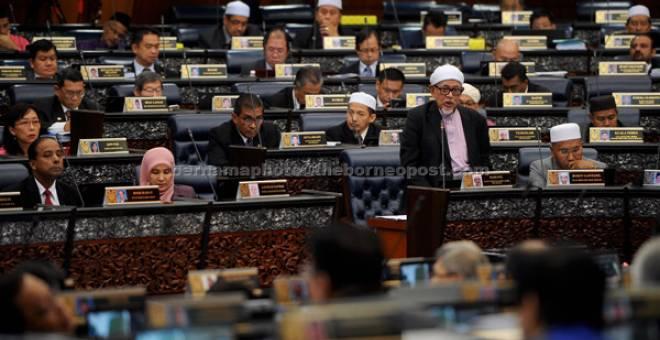 RANG UNDANG-UNDANG MAHKAMAH SYARIAH: Abdul Hadi membentangkan Rang Undang-Undang Mahkamah Syariah (Bidang Kuasa Jenayah) 1965 atau RUU355 di Dewan Rakyat semalam. — Gambar Bernama