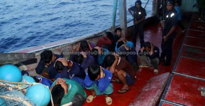 DITAHAN: APMM menahan sebuah bot nelayan asing bersama seorang tekong dan 17 awak-awak kira-kira 27 batu nautika dari timur Pulau Tioman dekat Rompin petang kelmarin. — Gambar Bernama