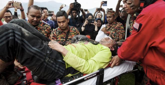 SELAMAT: Mohd Rosely yang hilang ketika dalam penerbangan dari Bukit Batu Pahat ke Taman Millennium Kuala Kubu Bharu  dekat Kuala Kubu Bharu, kelmarin ditemui selamat pada 3.30 petang semalam. — Gambar Bernama