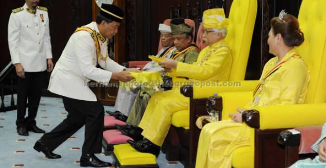 PERSIDANGAN: Tuanku Muhriz berkenan menerima Teks Titah Ucapan yang dipersembahkan Menteri Menteri Besar Datuk Seri Mohamad Hasan sempena Istiadat Pembukaan Persidangan Pertama Penggal ke-5 Dewan Undangan Negeri ke-13 semalam. — Gambar Bernama