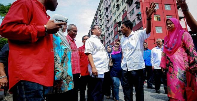 BUAT TINJAUAN: Noh (tengah) mendengar keluhan para penghuni Blok 6, Desa Mentari sewaktu lawatan rasmi ke perumahan tersebut di Petaling Jaya, semalam. — Gambar Bernama