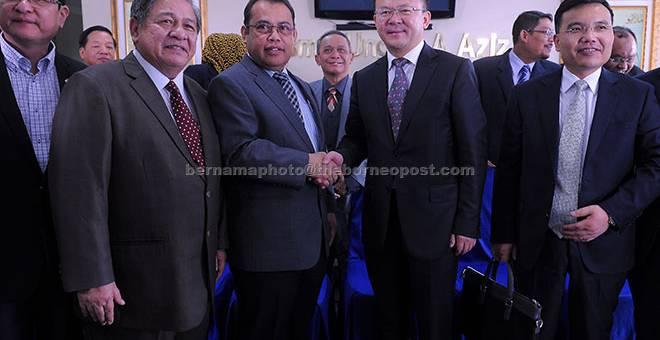 SELAMAT DATANG: Abdul Fattah (depan tiga, kiri) bersalaman dengan Datuk Bandar Lanzhou Niu Xingdong (depan empat, kanan) selepas menerima kunjungan rasmi Datuk Bandar Lanzhou itu di Wisma Ungku Aziz di Petaling Jaya, semalam. — Gambar Bernama