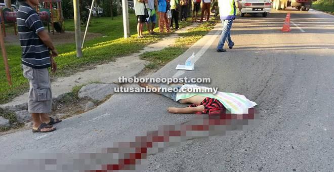 MAUT: Mangsa  dipercayai dilanggar lari sebuah kenderaan di simpang pekan Selangau awal pagi semalam.