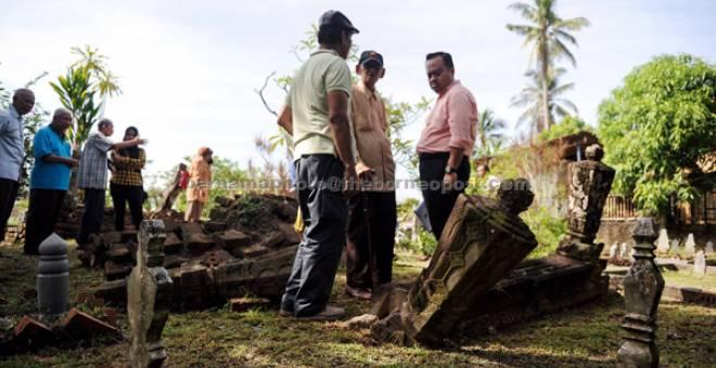 SEJARAH: Wan Samsudin (dua, kanan) melihat salah sebuah makam dianggarkan berusia 239 tahun semalam. — Gambar Bernama