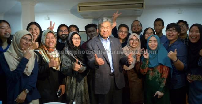 MESRA: Zahid sempat bergambar kenangan bersama sebahagian pelajar semasa Makan Malam Bersama Pelajar Malaysia di Sydney malam semalam. — Gambar Bernama
