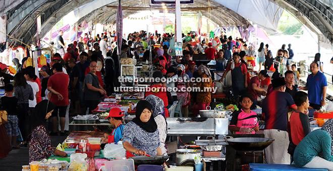 JADI TUMPUAN: Suasana di Bazar Ramadan Stutong sebaik sahaja beroperasi semalam.