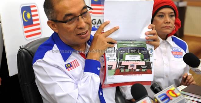 SIDANG MEDIA: Dr Salleh bersama Ketua Setiausaha KKMM Datuk Seri Dr Sharifah Zarah Syed Ahmad ketika sidang media berkaitan Sambutan Hari Kebangsaan 2017 dan Hari Malaysia di kementeriannya semalam. — Gambar Bernama