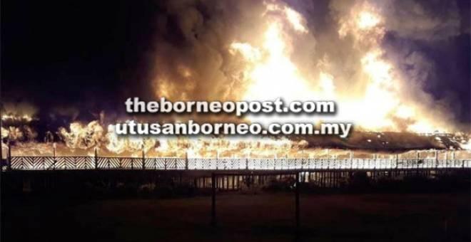 MARAK: Keadaan api yang marak membakar keseluruhan rumah panjang Long Aton yang didiami lebih 100 penduduk.