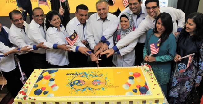 SIMBOLIK: Upacara pemotongan kek yang menjadi simbolik Ulang Tahun MYDIN Ke-60.
