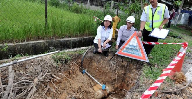 SAMBUNGAN HARAM: Loh (kiri) menunjukkan sambungan paip haram di sebuah tapak pembinaan di Lot 15858 Rawang di Kuala Lumpur semalam. — Gambar Bernama