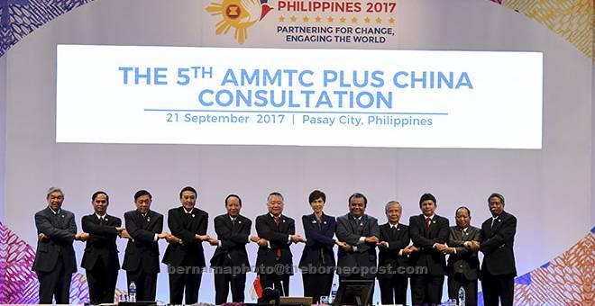 BEKERJASAMA: Ahmad Zahid (kiri sekali) bergandingan tangan bersama wakil ketua-ketua negara anggota ASEAN pada mesyuarat 'The 5th AMMTC Plus China Consultation' sempena Mesyuarat Menteri-Menteri ASEAN Mengenai Jenayah Rentas Sempadan (AMMTC) Ke 11 dan Mesyuarat Khas Menteri-Menteri ASEAN Mengenai Peningkatan Fahaman Radikal dan Keganasan Melampau (SAMMRRVE) Ke-2 semalam. — Gambar Bernama