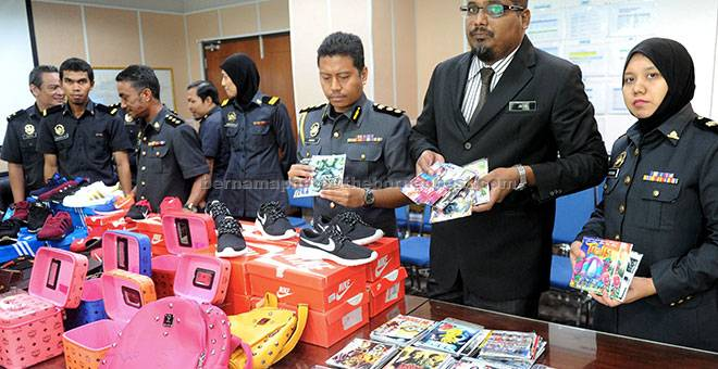 BARANG TIRUAN: Jaiya (dua kanan) bersama anggotanya menunjukkan antara barangan tiruan yang dirampas bernilai RM88,191.20 pada sidang media di Melaka, semalam. — Gambar Bernama