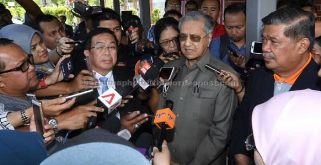 SIDANG MEDIA: Tun Dr Mahathir menjawab pertanyaan pemberita selepas mengadakan pertemuan dengan Ketua Setiausaha Kementerian Dalam Negeri (KDN) Datuk Seri Alwi Ibrahim bagi mendapatkan penjelasan mengenai status permohonan pendaftaran Pakatan Harapan di KDN semalam. — Gambar Bernama