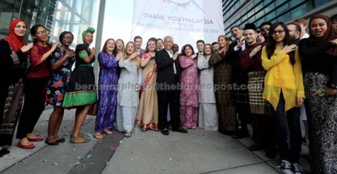 ANUGERAH: Idris (tengah) pada majlis meraikan kejayaan Universiti Heriot-Watt  yang menerima anugerah berprestij sebagai universiti terbaik tahun 2017 daripada  akhbar The Times dan Sunday Times di Putrajaya, semalam. — Gambar Bernama
