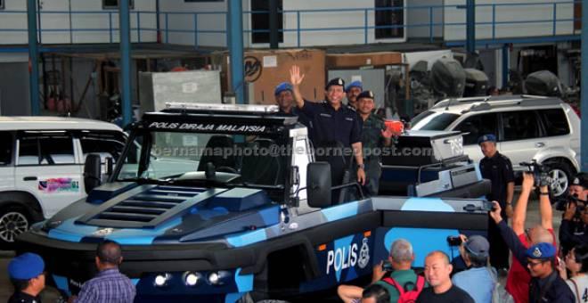 TERUJA: Zulkifli (tengah) menaiki aset baharu PDRM iaitu 'Amphibian Humdinga' pada lawatan beliau ke Limbungan Dalac, Kampung Teluk Jawa, Masai di Johor Bahru, semalam. — Gambar Bernama