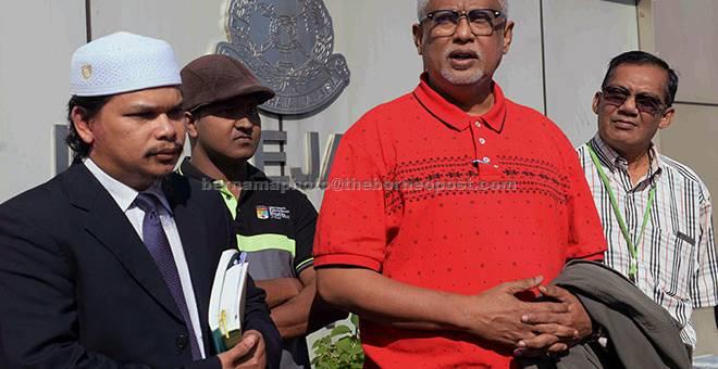 BERI KETERANGAN: Mahfuz (dua kanan) semalam hadir di Ibu Pejabat Polis Kontinjen (IPK) Kedah bagi memberi keterangan berhubung dakwaan menghina Sultan Pahang, Sultan Ahmad Shah dalam satu ceramah politik di Alor Setar. — Gambar Bernama
