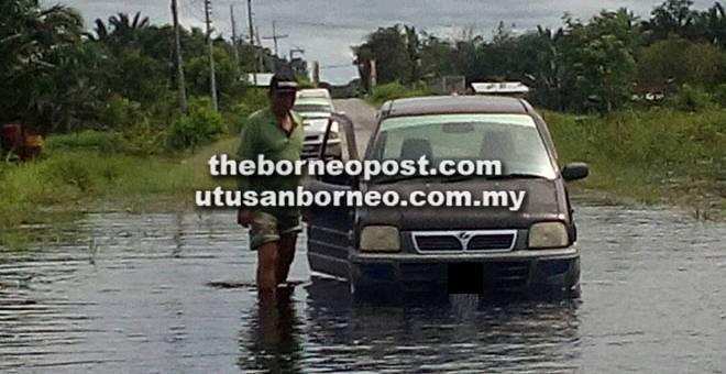 TERPUTUS HUBUNGAN: Salah satu kenderaan yang terpaksa berpatah balik kerana jalan raya tidak dapat dilalui. — Gambar ihsan TR Mawar Awang