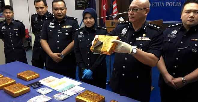 HASIL RAMPASAN: Lukas (dua, kanan) menunjukkan dadah jenis ganja mampat yang dirampas dalam satu serbuan pada Khamis lepas di sekitar Iskandar Puteri pada sidang akhbar di Ibu Pejabat Polis Kontinjen (IPK) Johor semalam. — Gambar Bernama