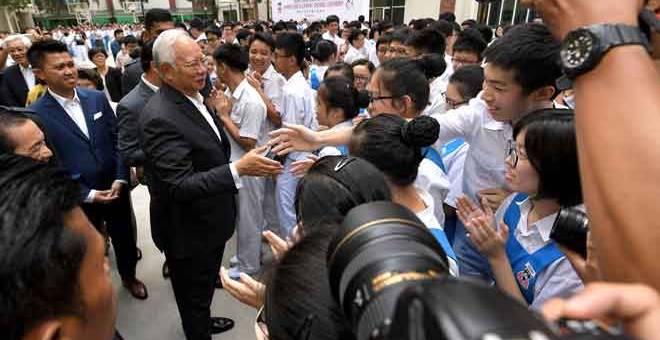 BERTUAH: Najib beramah mesra bersama sebahagian para pelajar Sekolah Menengah Kuen Cheng ketika majlis perasmian bangunan baharu sekolah tersebut semalam. — Gambar Bernama