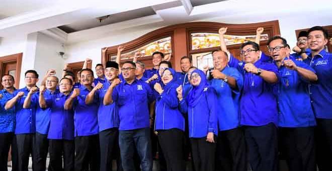 BERSEMANGAT: Idris (tengah) bersama sebahagian calon BN bagi Dewan Undangan Negeri dan Parlimen selepas pengumuman calon di Seri Bendahara, di Melaka semalam. — Gambar Bernama