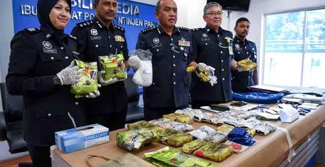 BUKTI: Rosli (tengah) menunjukkan dadah yang dirampas ketika sidang akhbar di Ibu Pejabat Polis Kontinjen (IPK) Pahang semalam. — Gambar Bernama