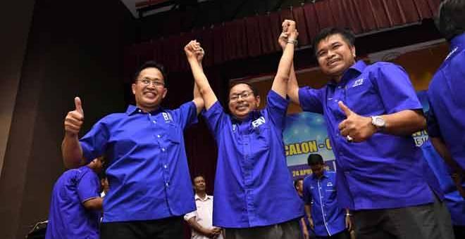 TIDAK GENTAR: Nawawi (tengah) bergambar bersama calon BN lain pada Majlis Pengumuman Calon-Calon BN Negeri Kedah bagi PRU14  di Dewan Seri Mentaloon di Alor Setar semalam. — Gambar Bernama