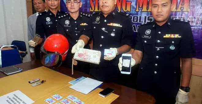 BAHAN BUKTI: Fadzil (dua kanan) menunjukkan barang rampasan ketika sidang akhbar di Ibu Pejabat Polis Daerah Pendang dekat Pendang, semalam. — Gambar Bernama