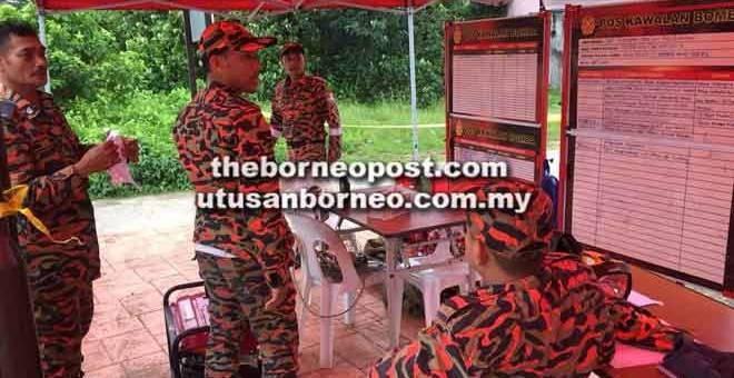 GERAKAN: Anggota bomba melakukan perbincangan sebelum operasi SAR dimulakan semalam.