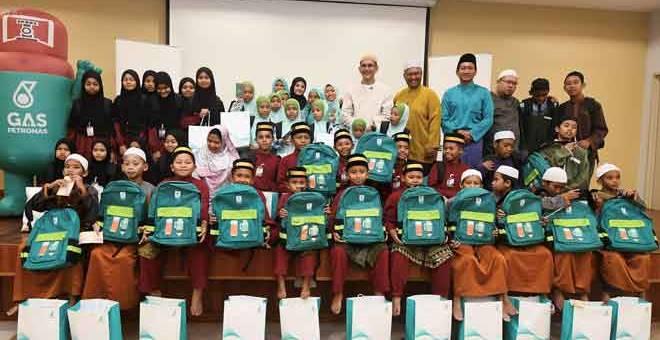 SUMBANGAN: Syed Zainal Abidin (enam kanan) bersama Mohd Ibrahimnuddin (lima kanan) serta artis jemputan pelakon popular, Fazura (tengah) bersama kanak-kanak Rumah Pengasih Warga Prihatin dan Rumah Titian Kaseh. — Gambar Bernama