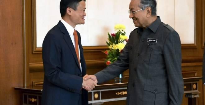 Dr Mahathir bersama Jack Ma semasa menerima kunjungan Pengasas dan Pengerusi Eksekutif Kumpulan Alibaba itu di pejabatnya di Bangunan Perdana Putra hari ini.