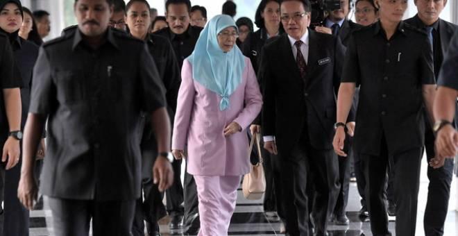 Dr Wan Azizah hadir bagi Persidangan Dewan Rakyat di Parlimen hari ini. - Foto Bernama
