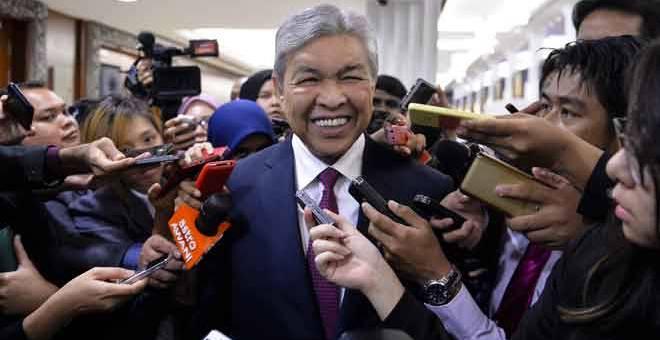 REDA: Ahmad Zahid dikerumuni wartawan sebaik keluar dari Dewan Rakyat di Kuala Lumpur selepas persidangan ditangguhkan semalam. — Gambar Bernama