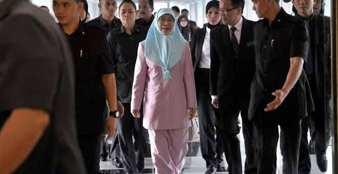 HADIR: Wan Azizah hadir bagi Persidangan Dewan Rakyat di Parlimen, Kuala Lumpur semalam. — Gambar Bernama