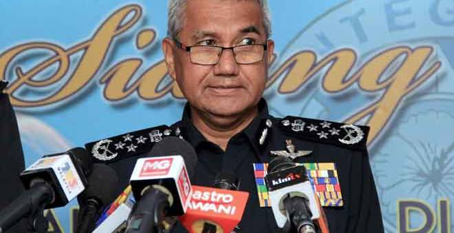 SIDANG MEDIA: Mohamad Fuzi pada sidang media selepas Pelancaran Kursus Khas Bahasa Inggeris 'Professional Communication' untuk para Pegawai Kanan Polis Diraja Malaysia (PDRM) di Maktab PDRM Cheras dekat Kuala Lumpur, semalam. — Gambar Bernama