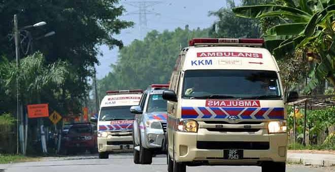 TERHIDU: Dua buah ambulans keluar daripada lokasi kilang ais berhampiran Sekolah Menengah Jenis Kebangsaan Chung Hwa selepas kejadian kebocoran gas ammonia di Desa Latania Seksyen 36 Shah Alam dekat Shah Alam, semalam. — Gambar Bernama
